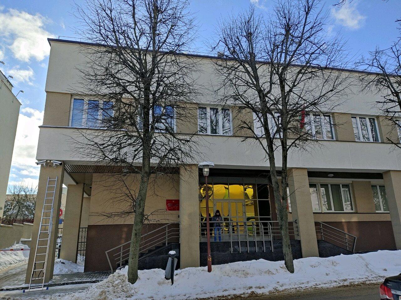 Здание КГК в Гродно. Виден кусок одной из вывесок. Гамма цветов — бело-красно-белая. Фото: Гугл.