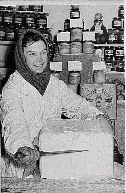 Это — сливочное масло в славные советские времена. Вот так нарезалось и заворачивалось в коричневую бумагу. Продукт, безусловно, нужный в походе. Фото: Гугл.
