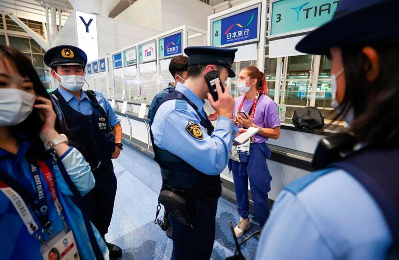 Кристина Тимановская в окружении японской полиции. Фото: Гугл.