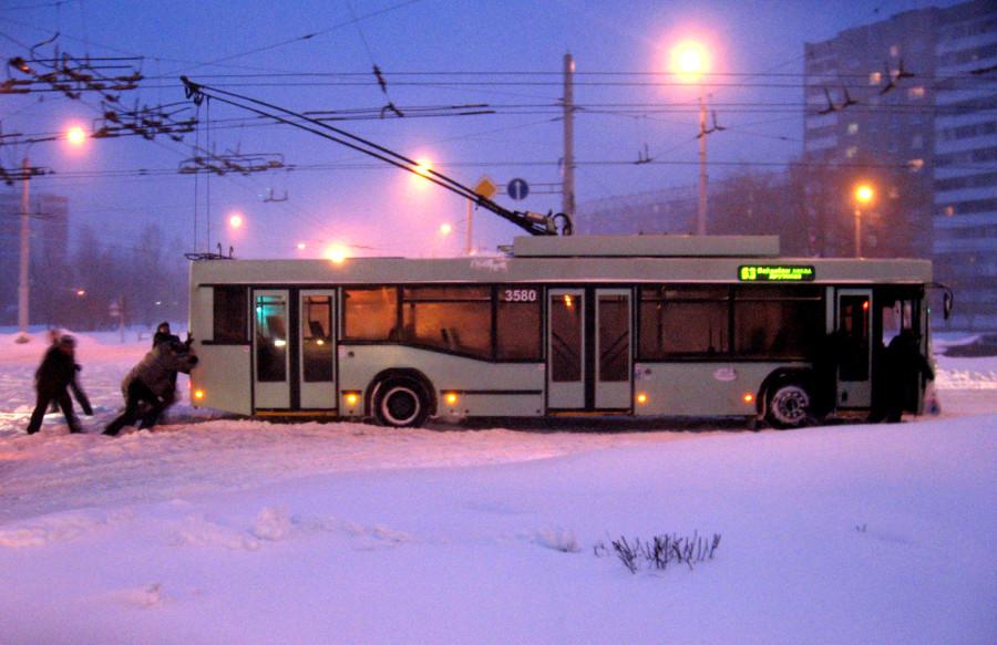 15 сакавіка 2013. Менск, Паўднёвы захад. Тралейбусы яшчэ ходзяць, але праз скрыжаваньне - толькі на ручным тягле.
