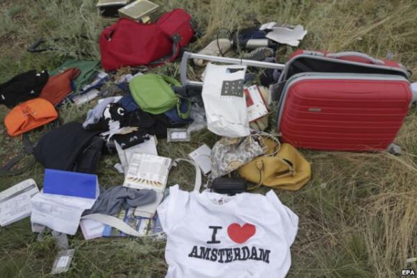 Вещи пассажиров сбитого боинга малайзийской компании над Украиной