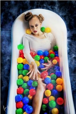 !Есфирь в ванне в шариках