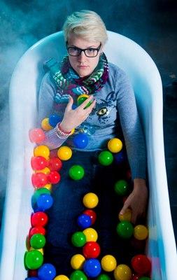 Ню в ванной с шариками