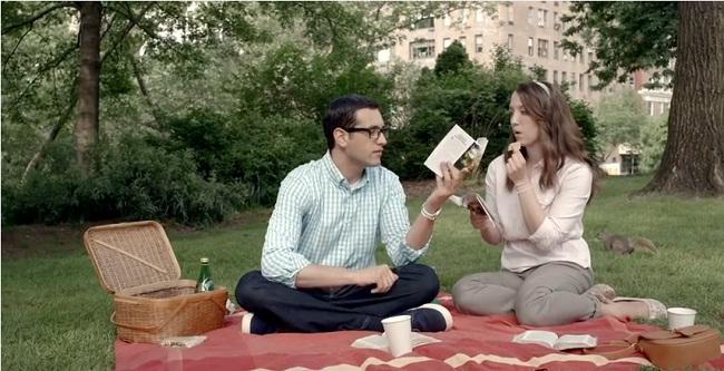 Джон и Лиз читают инструкции-книги ОСБ
