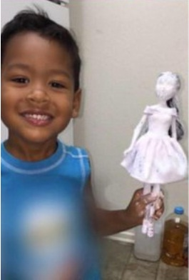 5_Довольный ребенок СИ позирует с соляной куклой