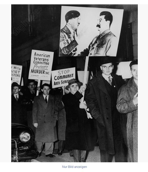 17_В Нью-Йорке с плакатом Гитлер-Сталив в 1953 году