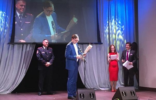 Степыгин получает награду за репортаж_2