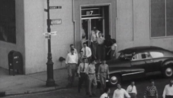 СИ-вефильцы выходят из здания_1