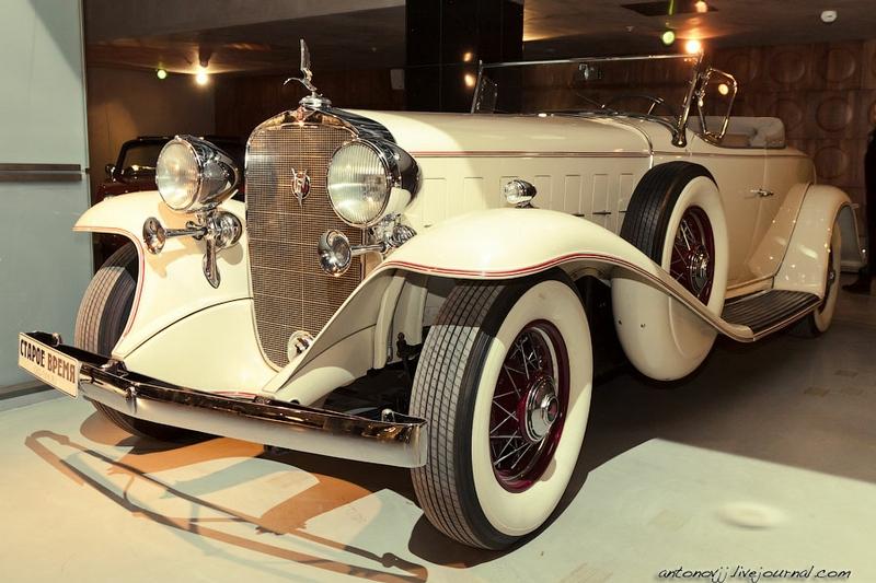 Cadillac V16 452 Roadster 1932 года. Автомобиль оснащен 16-цилиндровым двигателем и имеет практически бесшумный ход.