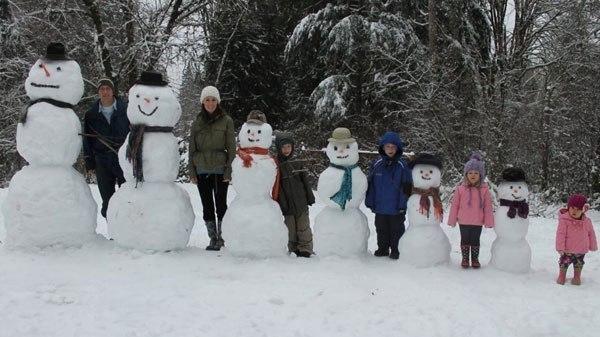 Семья со снеговиками