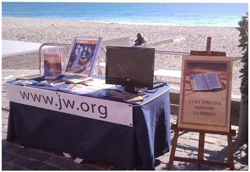 JW_ORG_на-стендах_6_На_пляже_в_Италии