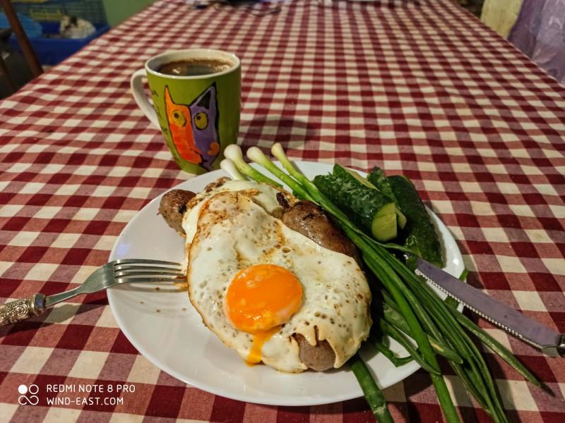 Яищница с колбасками, зелень, огурцы, кофе