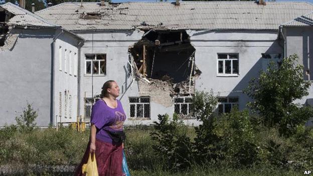 140727022336_cn_ukraine_ruins_ap_cr624