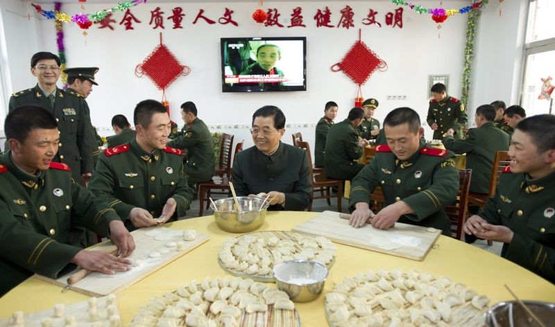 Китайский президент Ху Циньтао вместе с военными лепит пельмени
