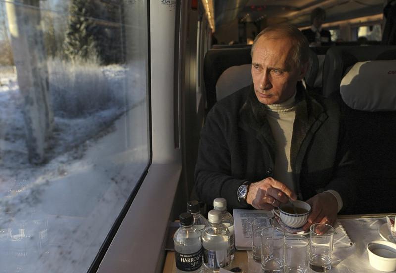 Putin_2009_12_19_Sapsan_SPb-Moscow_2_tea_drinking_RIA_Novosti_Alexey_Druzhinin