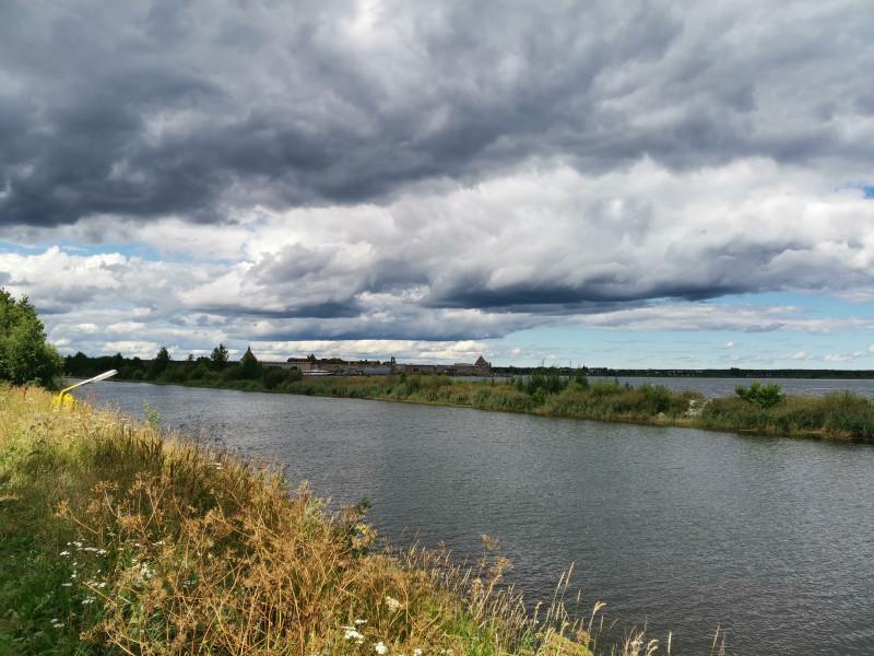 За каналом, дамбой и рукавом Невы — крепость Орешек.