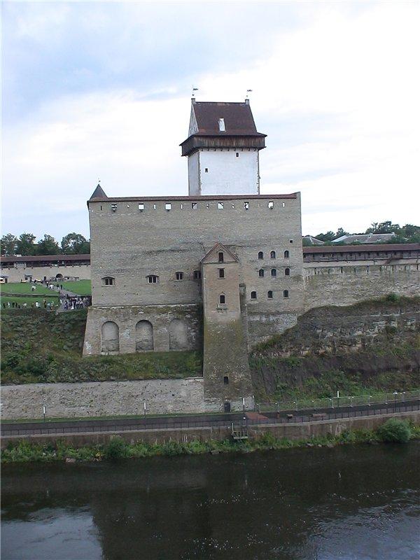 Вот он, Нарвский замок. Вновь за рекою - недруг. Раньше - Орден, нынче - НАТО.