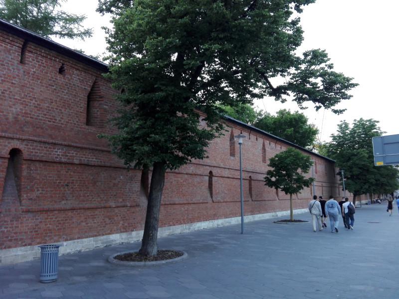 Воссозданный участок стены Китай-города.