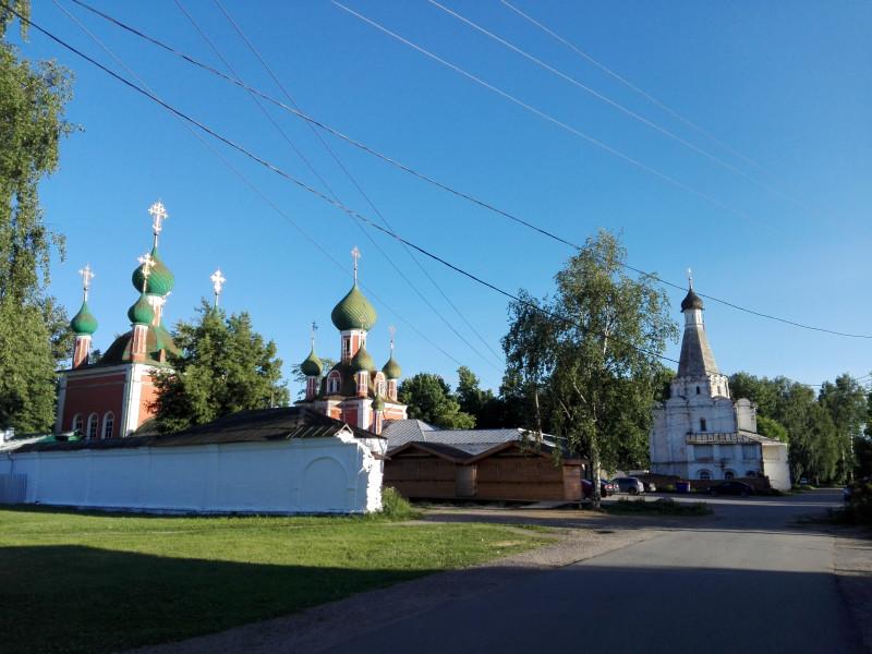 Церкви св. Александра Невского, 1740 г., Владимирский собор, 1740 г.  и церковь св. Петра Митрополита, 1584-5 г.