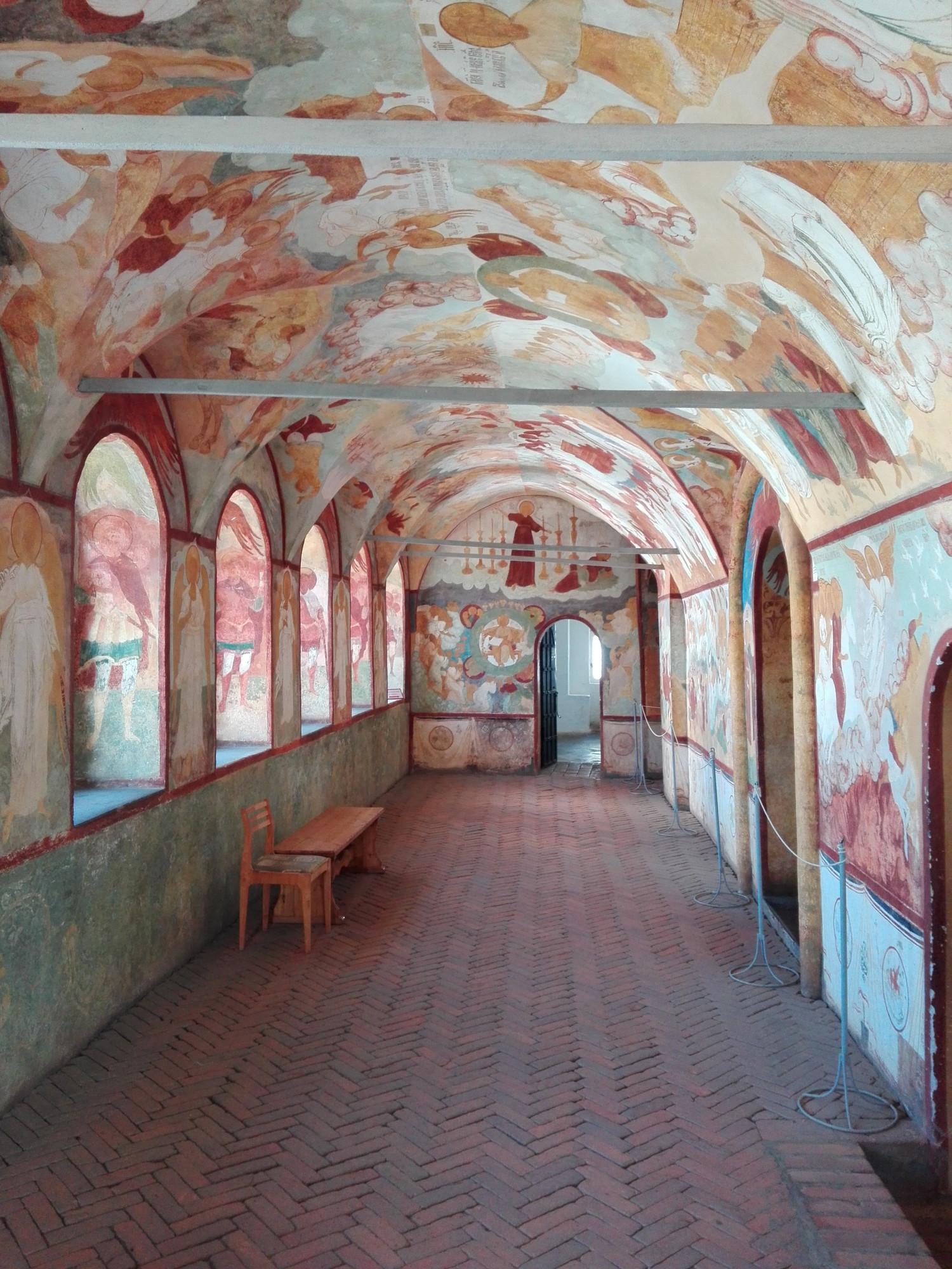 Проходя по галереям стен, можно заглянуть в рядом расположенные церкви.
