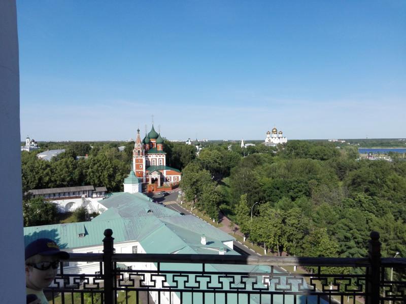 Вдали видна Волга.
