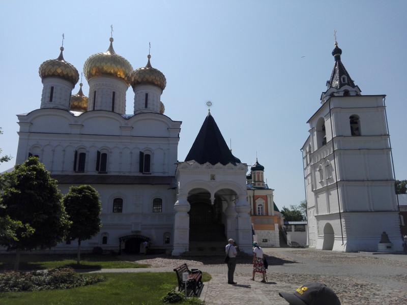 Ипатьевский монастырь. Троицкий собор (1652) и звонница (1605 г.)