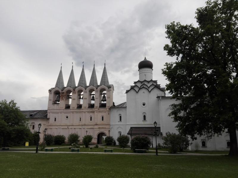Звонница (1660 г.) и Покровская церковь (1591 г.)