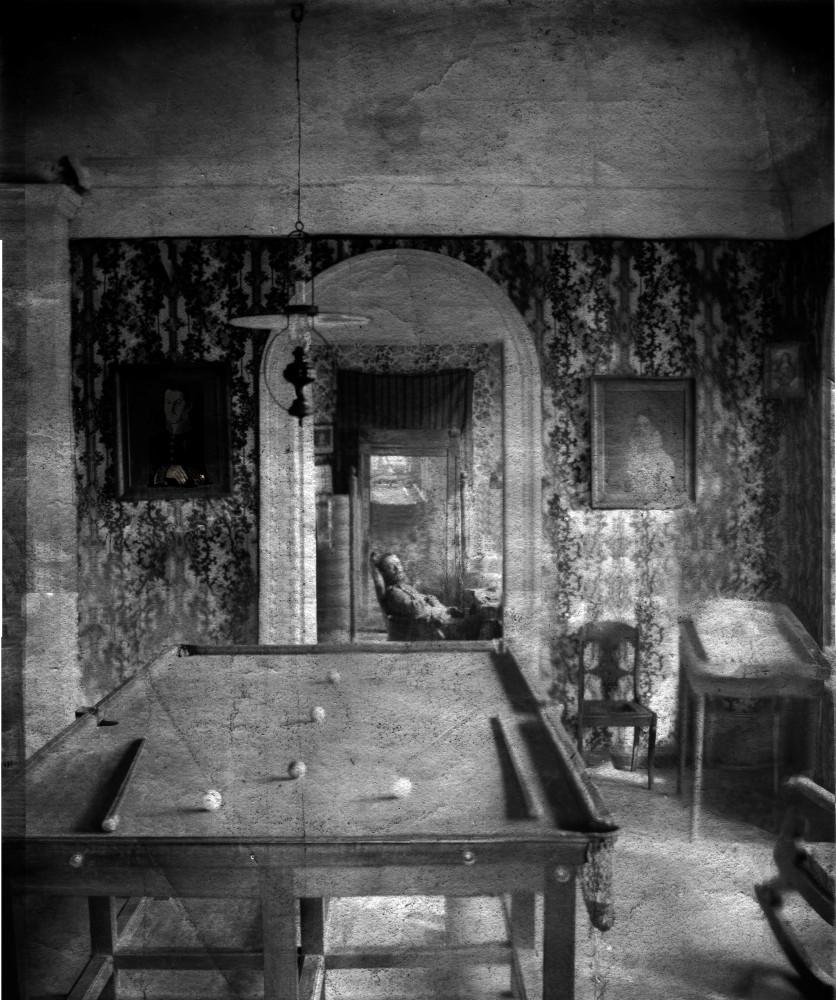 Бильярдная в Новинках. Восстановленное фото 1900-х г.г. На заднем плане сидит Василий Львович Пушкин (1854-1928).