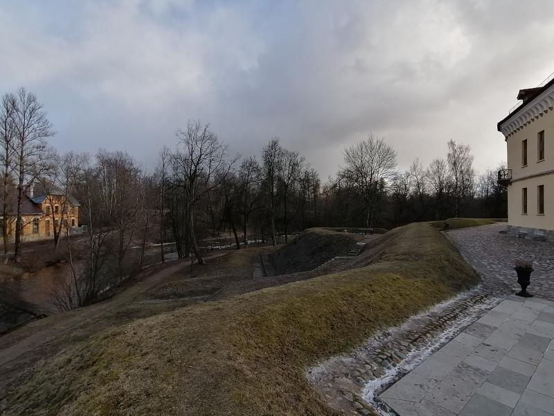 Внизу холм с крепостью огибает река Славянка