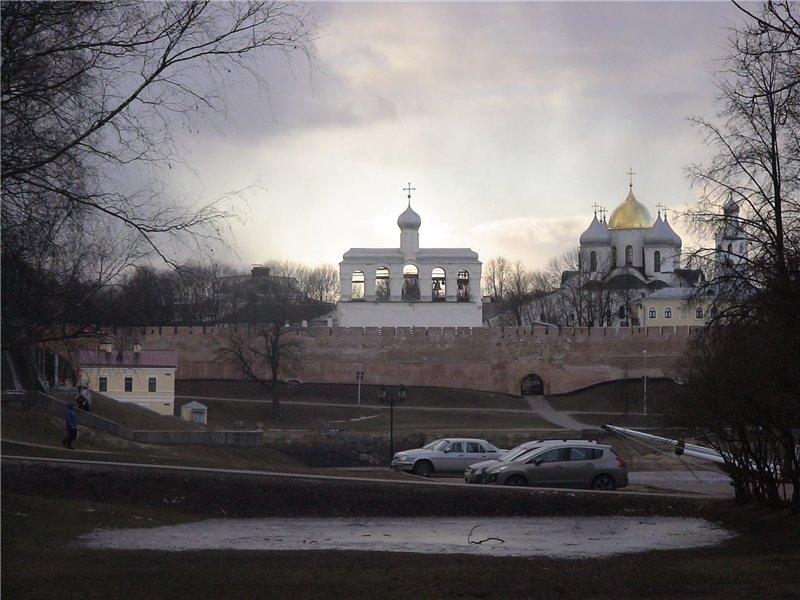 Вид на Детинец с Торговой стороны, из-за Волхова.
