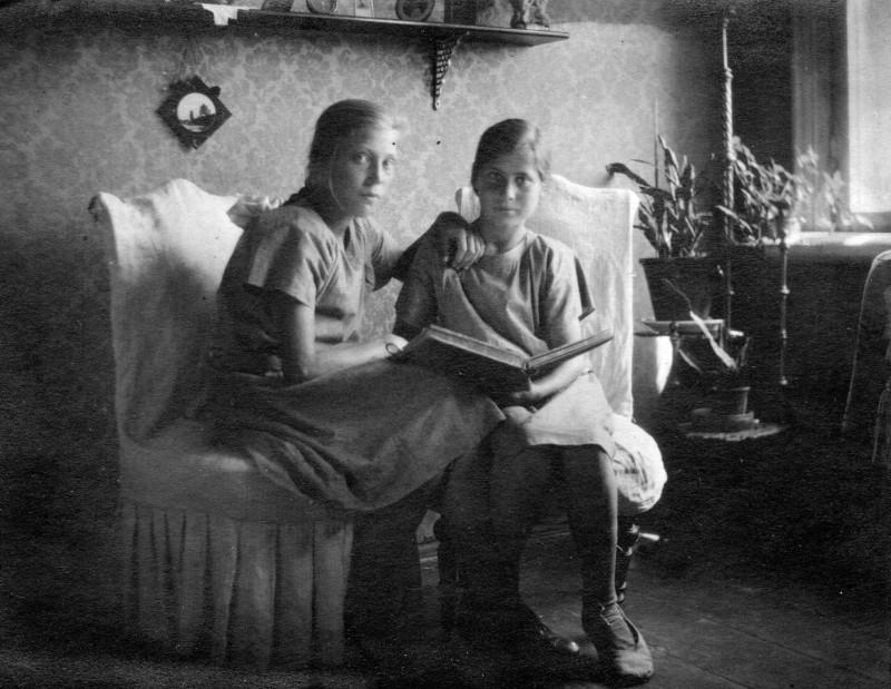 Муза и Вера Дадаевы. 1925 г.