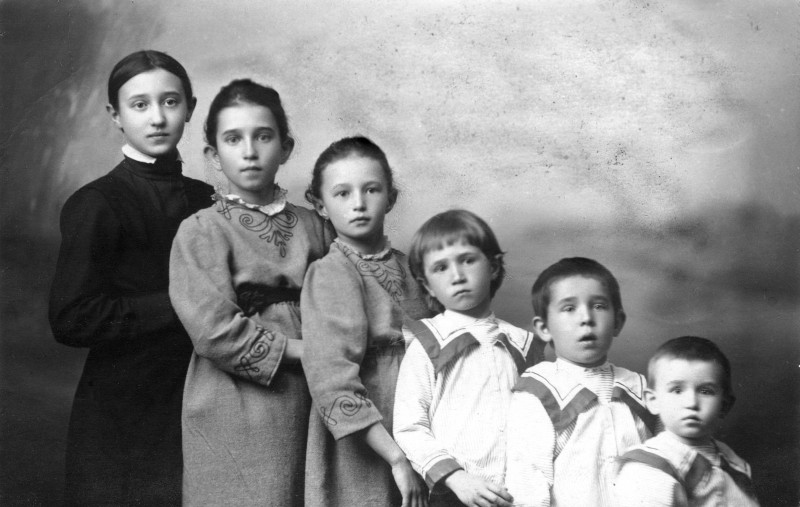 Елизавета, Мария, Татьяна, Юрий, Григорий, Лев. 1913 г.