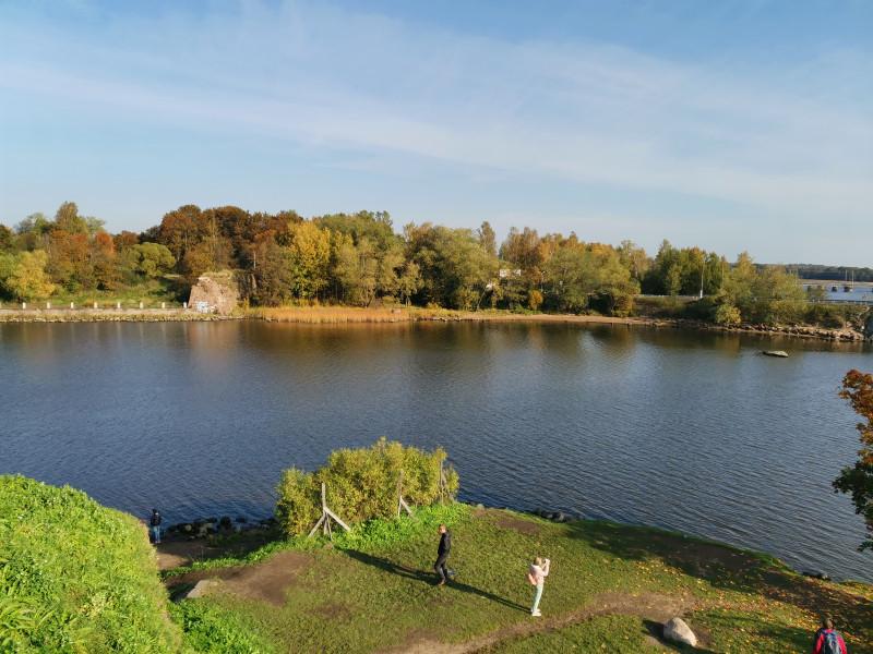 Замок со всех сторон окружён водой