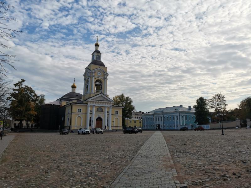Православный Преображенский собор и дворец наместника.