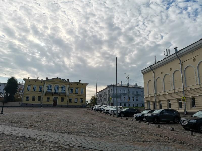 Дом президента суда и городская ратуша (справа).