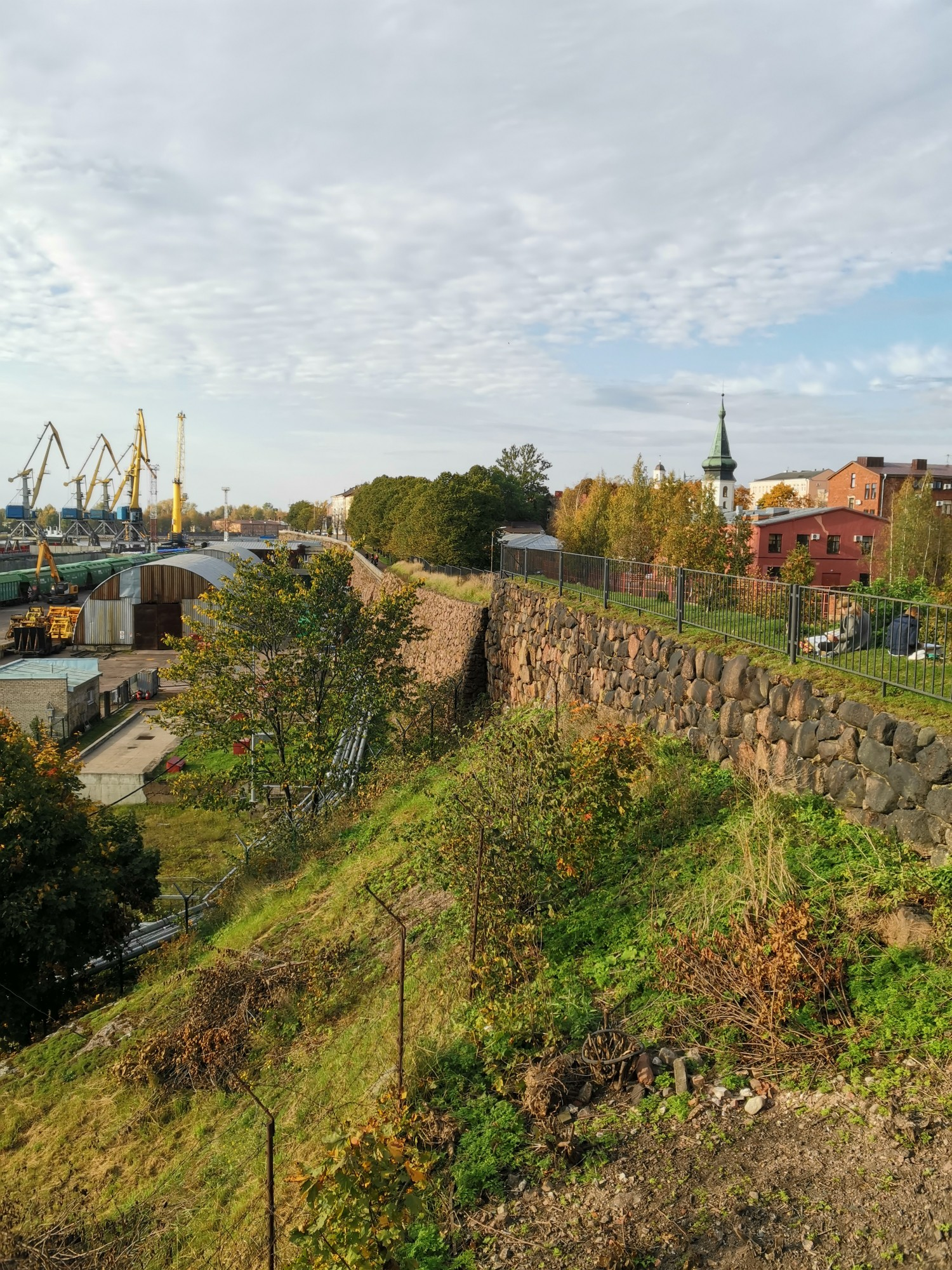 Городская стена. Внизу - морской порт и само море.