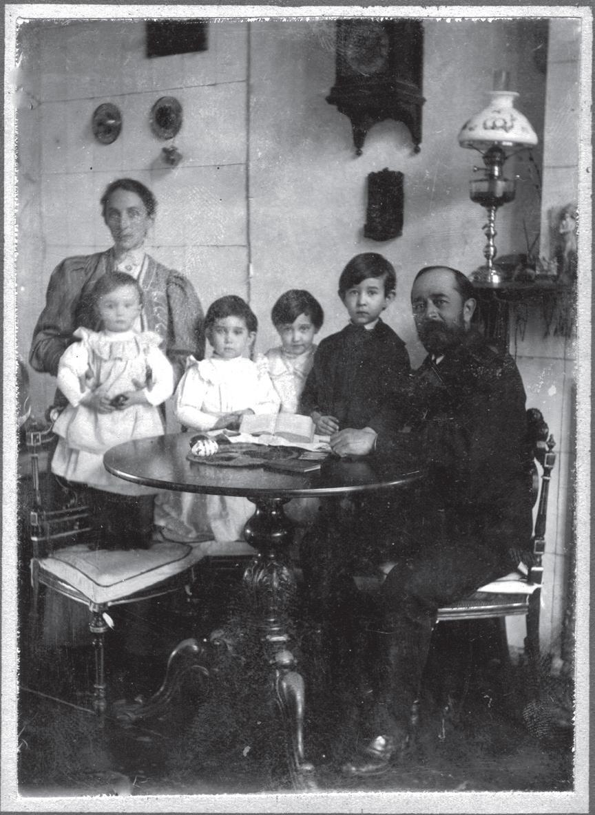 Слева Антонина Петровна, перед ней Таня, правее Маша, Лиза и Сергей, справа — Лев Львович Пушкин. Гостиная (двухсветный зал) в Давыдково.