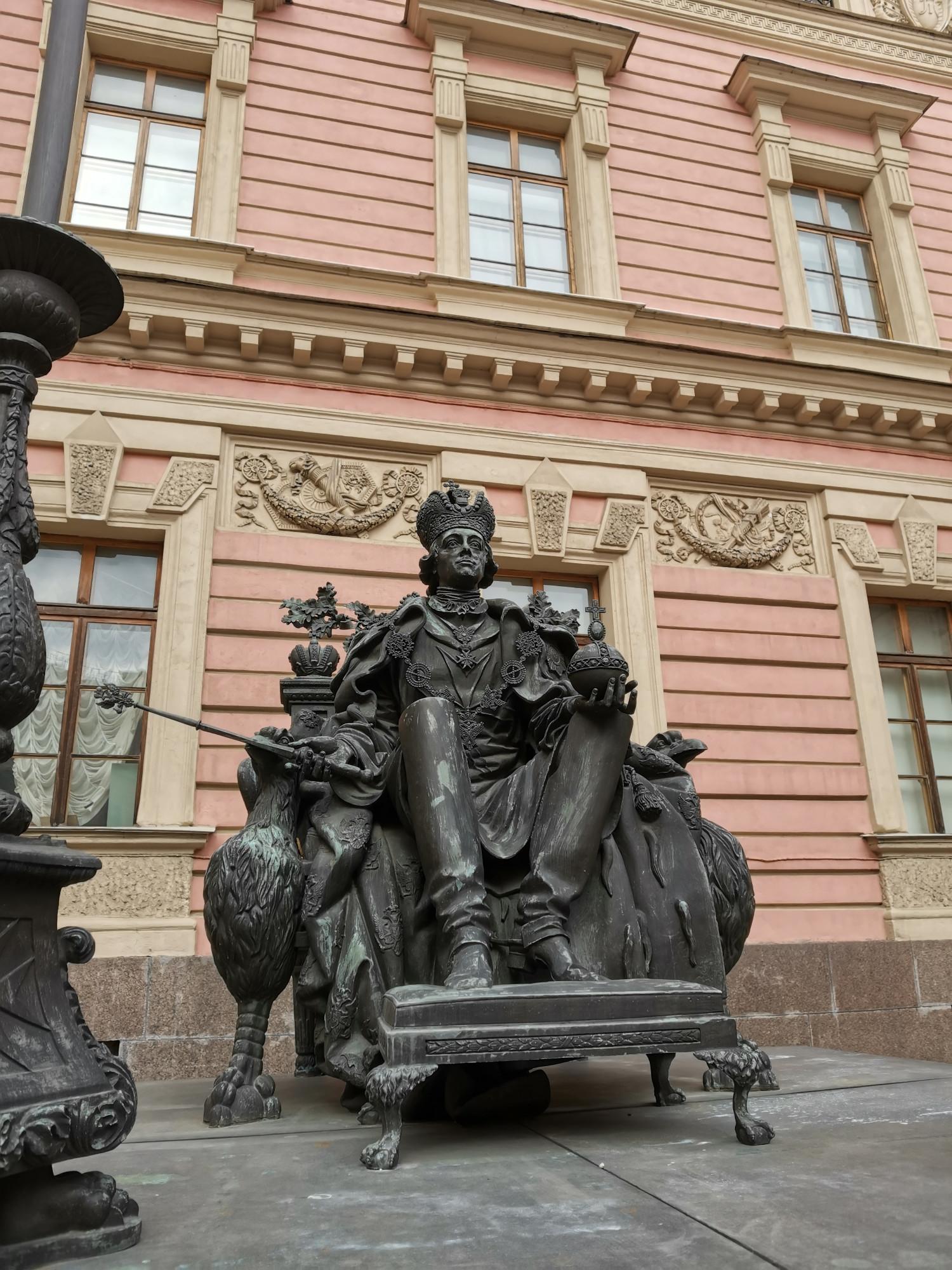 Во дворе гостей встречает державный хозяин дворца.