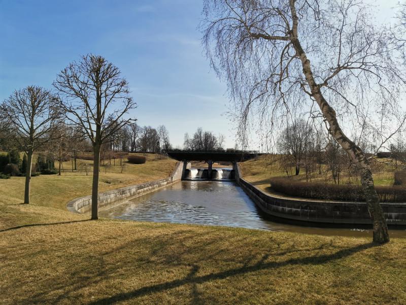 Вдали — плотина верхнего пруда