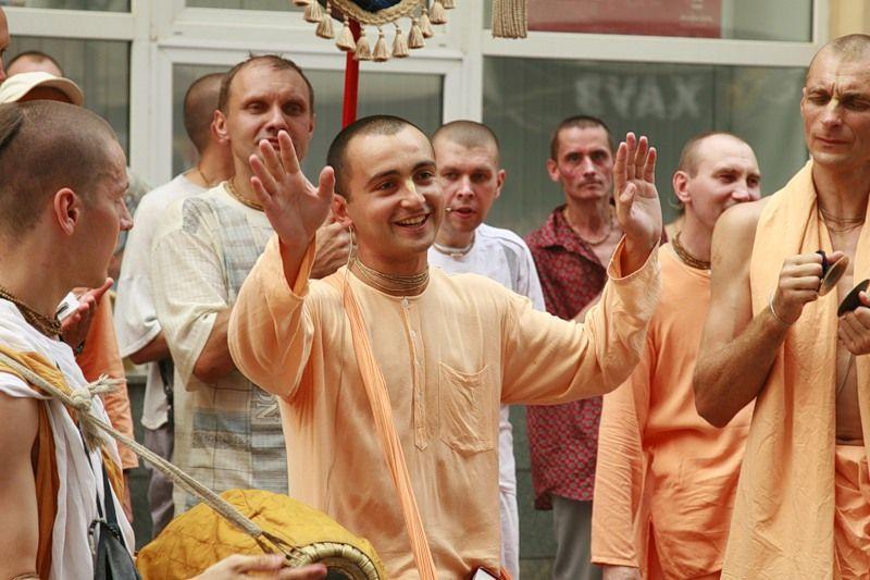 Кришнаиты проповедуют на улице