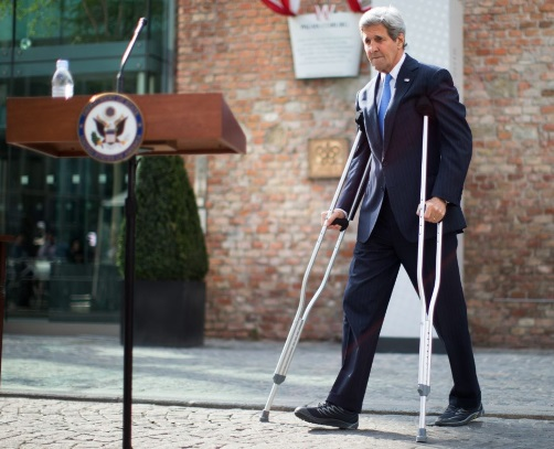 John_Kerry_with_crutches