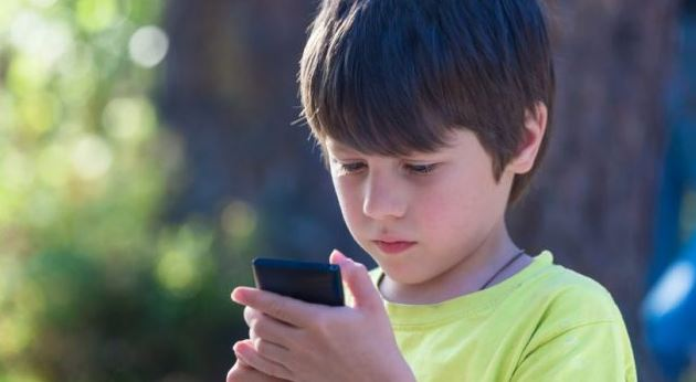 boy_with_smartphone