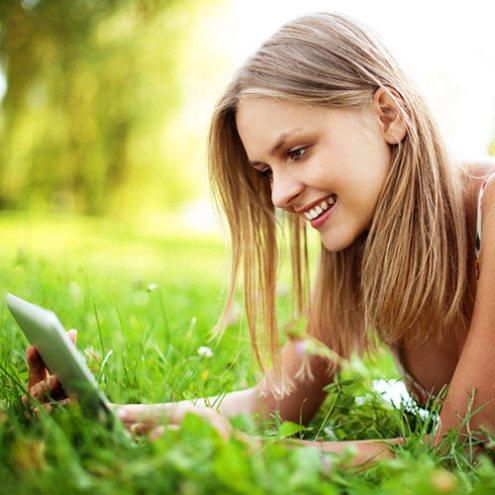 девушка-на-траве-мини-планшет