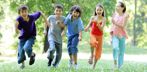kids-running-in-park