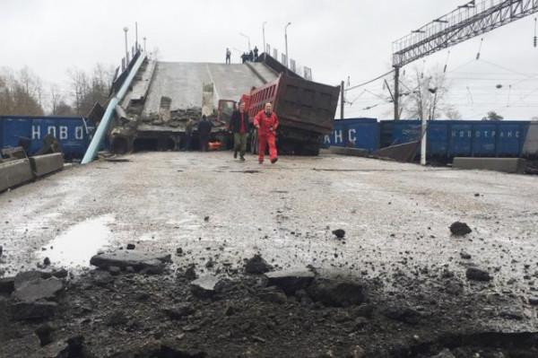 Момент обрушения автомобильного моста в Приморье