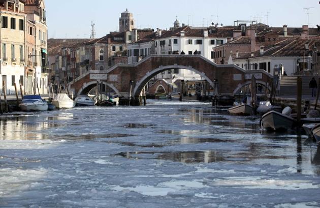Замерзшие каналы Венеции, 6 февраля 2012 года. Гондолы не пройдут!