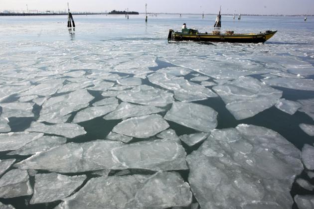 Лодка в замерзшей лагуне. Венеция, 6 февраля 2012