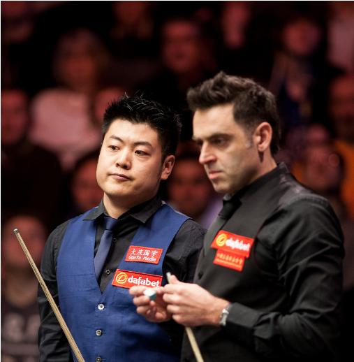 Лян Веньбо и Ронни ОСалливан. Фото worldsnooker