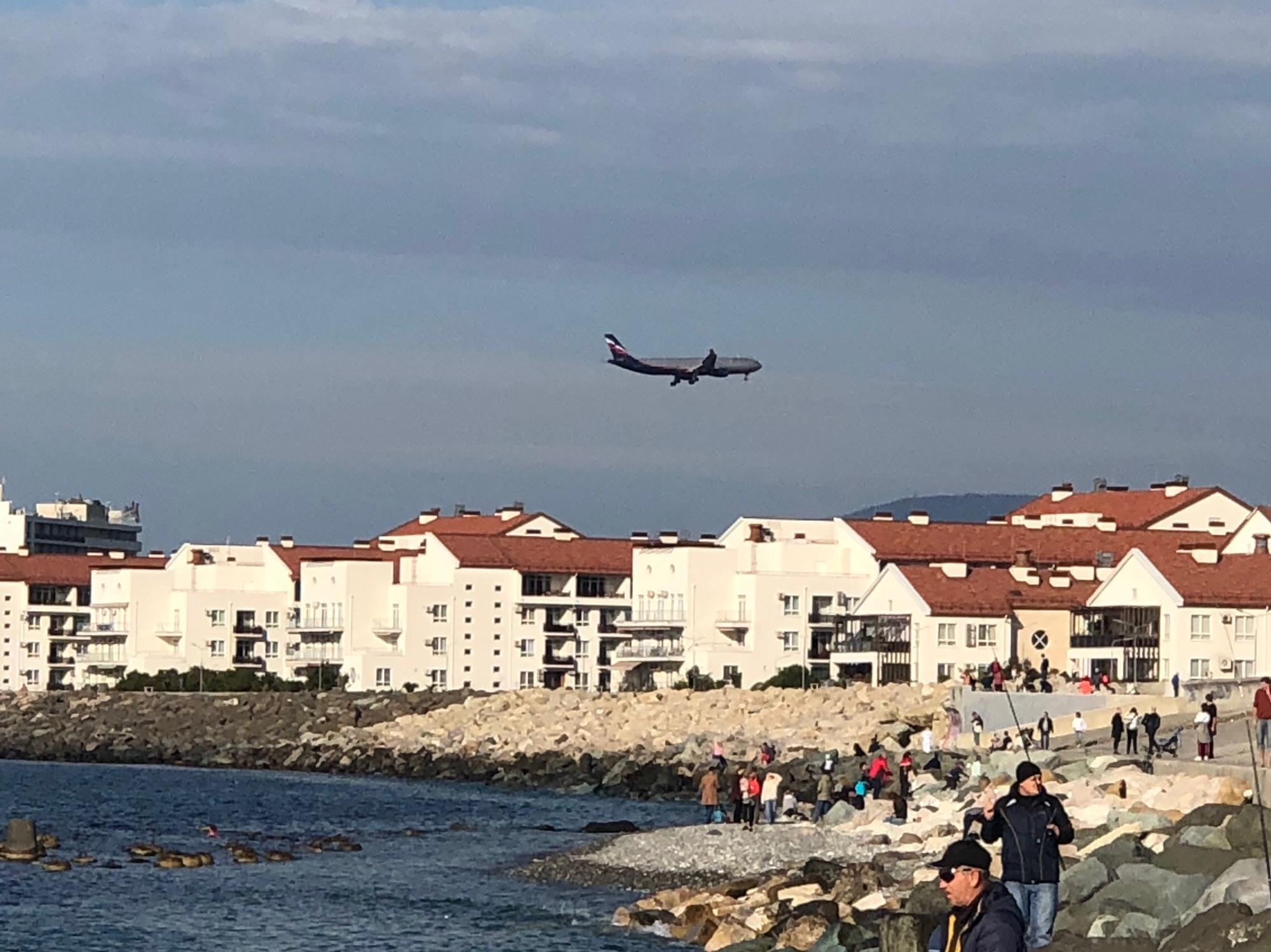 Берег моря, самолёт приземляется