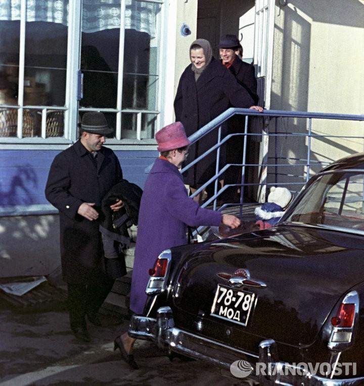 """1960 ГАЗ-21 """"Волга"""" и Юрий Гагарин (https://radikal.ru/lfp/s019.radikal.ru/i622/1706/af/65d28c24ac7c.jpg/htm)"""